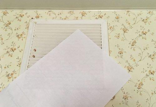 Бумага возле вентиляционной решетки
