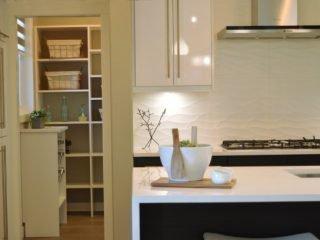 Особенности кухонной вытяжки с отводом в вентиляцию