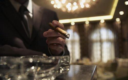 Человек курит в ресторане
